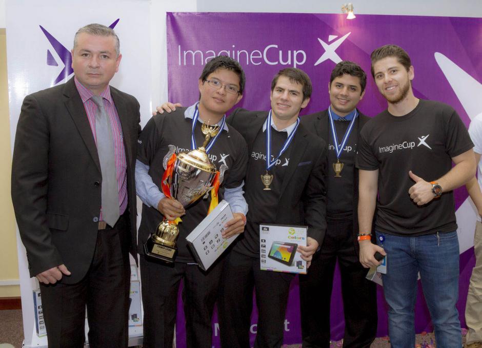 Representante de Microsoft entrega los premios a los ganadores. (Foto: Eddie Lara/Soy502)