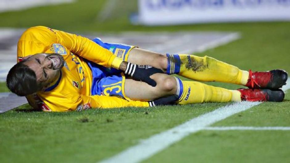 El defensor Luis Martínez salió en camilla tras lesionarse. (Foto: Imagino)