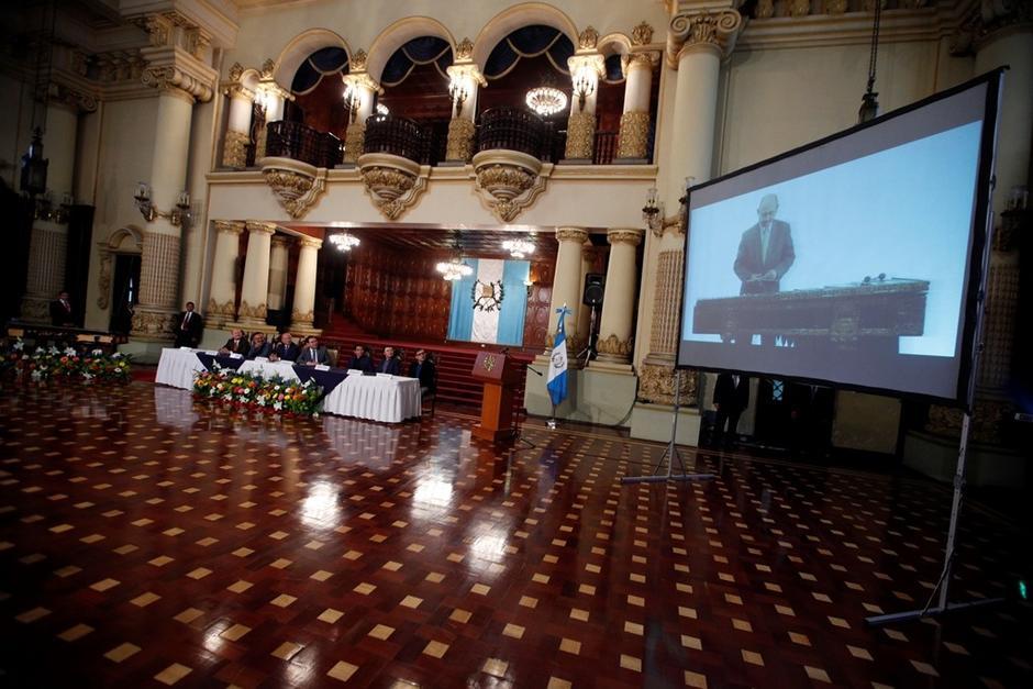 En la pantalla puede verse al maestro Lester Godínez. . (Foto: Gobierno de Guatemala)