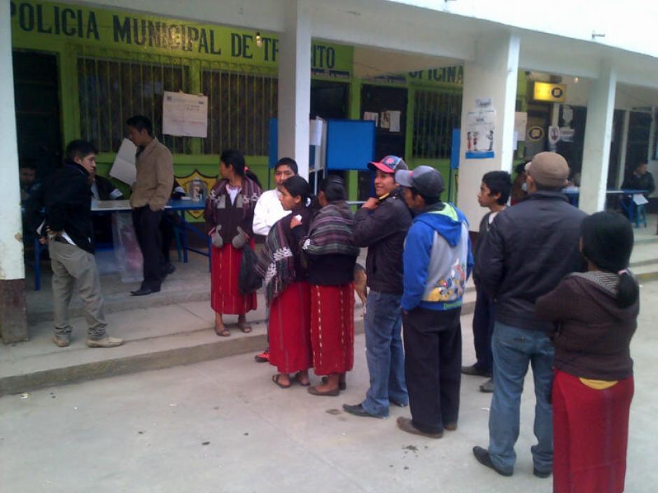 Las filas de votantes se podían apreciar desde muy temprano, cuando los centros apenas abrían.(Foto: Edgar López/ Nuestro Diario)