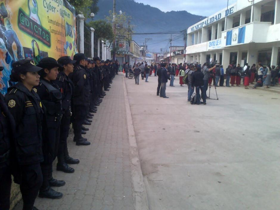 Más de 600 agentes de la Policía Nacional Civil acompañan el proceso electoral en Santa María Nebaj.(Foto: Edgar López/ Nuestro Diario)