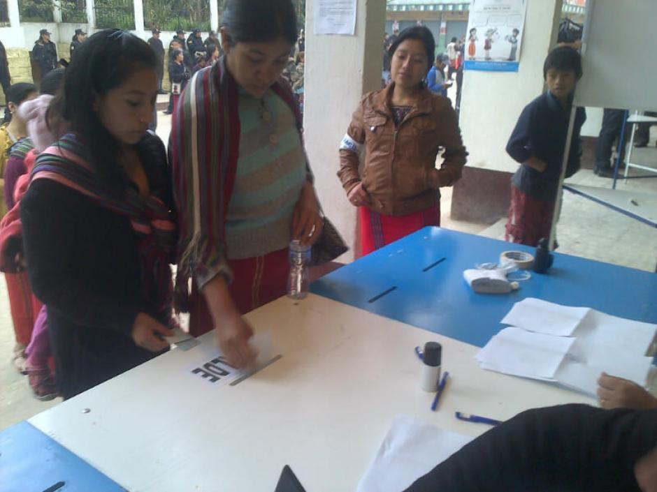 Mujeres emiten su voto en las elecciones municipales en Nebaj, Quiché, que se llevan a cabo de nuevo, tras dos años de espera.(Foto: Edgar López/ Nuestro Diario)