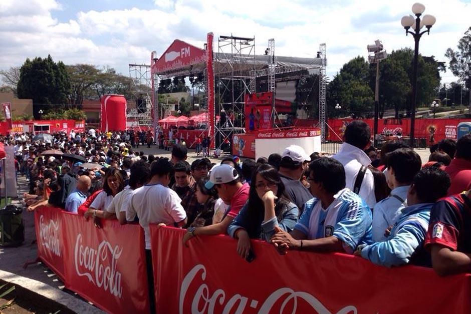 Miles de guatemaltecos se dieron cita en el Parque de la Industria en febrero para contemplar el trofeo de la Copa del Mundo de la FIFA. (Foto: Soy502)
