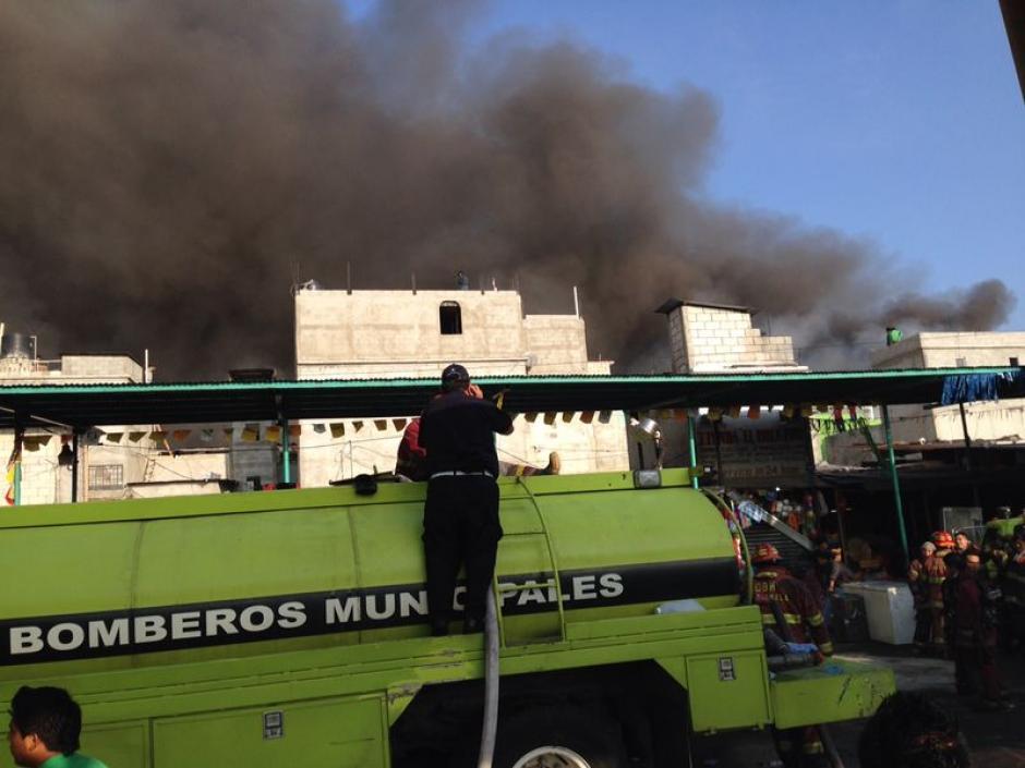 Los cuerpos de bomberos apostados en el lugar. (Foto: Soy502)