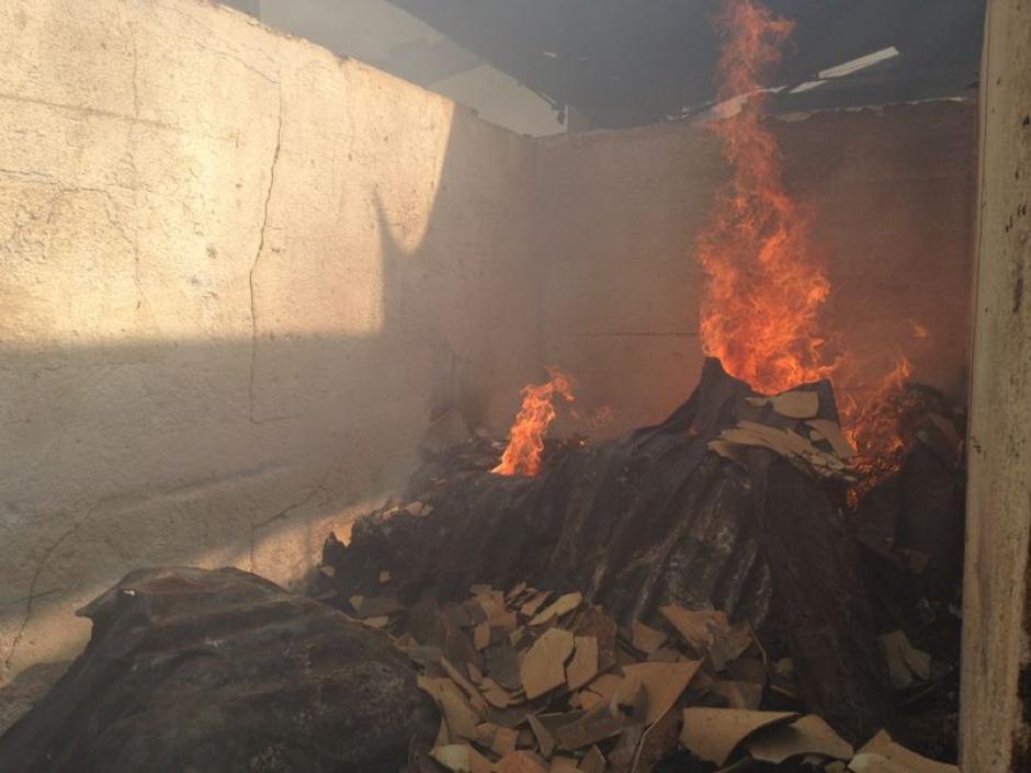 Imagenes del incendio dentro del Mercado La Terminal. (Foto: Esteban Biba/Soy502)