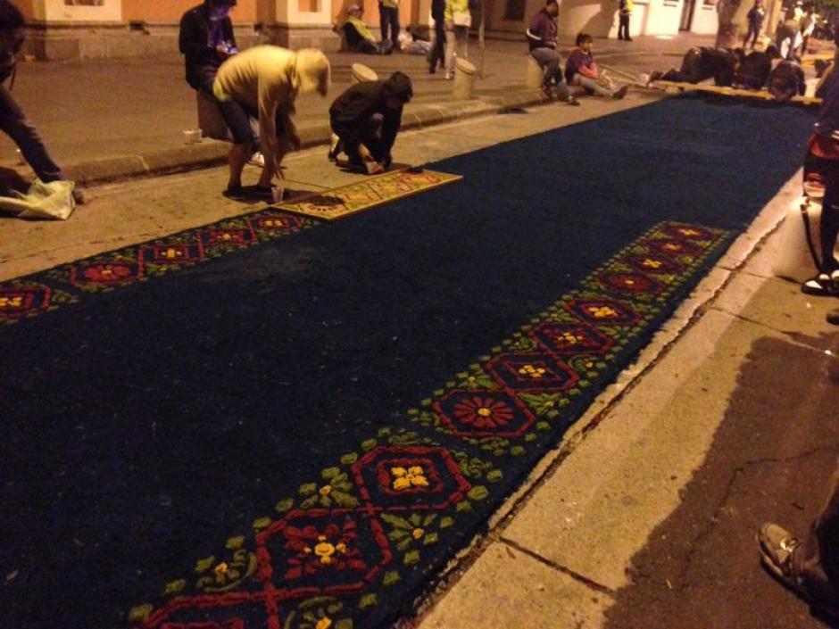 No había amanecido cuando el proceso de elaboración de la alfombra ya había iniciado. (Foto: José Dávila/Soy502)