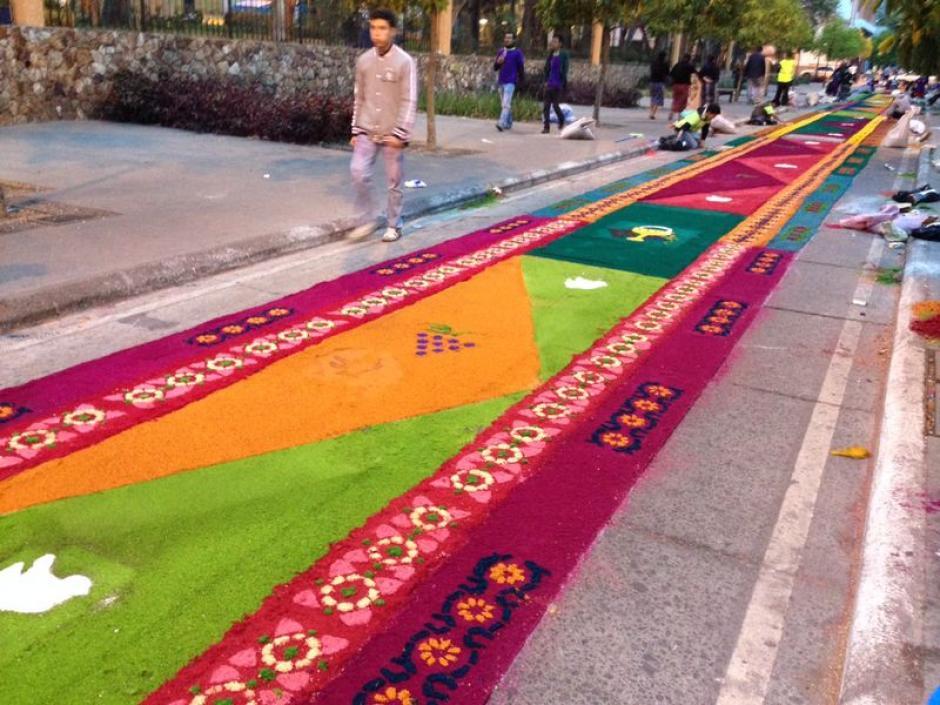 Desde la madrugada de este Jueves, cientos de guatemaltecos trabajan en la alfombra más larga del mundo. (Foto: José Dávila/Soy502)