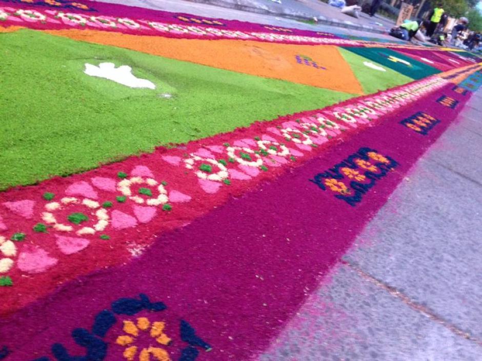 Colores y formas tradicionales en esta alfombra que hará historia. (Foto: José Dávila/Soy502)