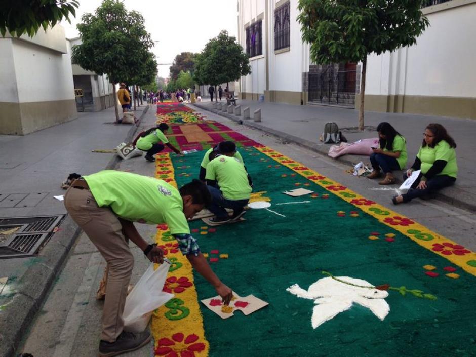Jóvenes participan con entusiasmo en la elaboración de la alfombra más larga del mundo. (Foto: José Dávila/Soy502)