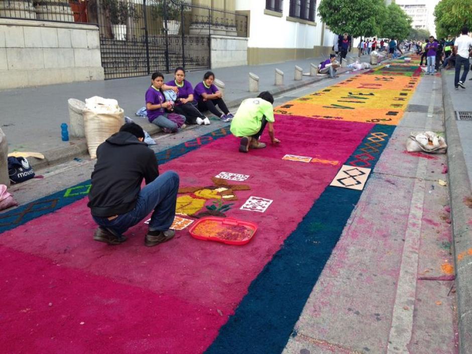 Avanzan con dedicación y esmero en cada tramo de la alfombra. (Foto: José Dávila/Soy502)