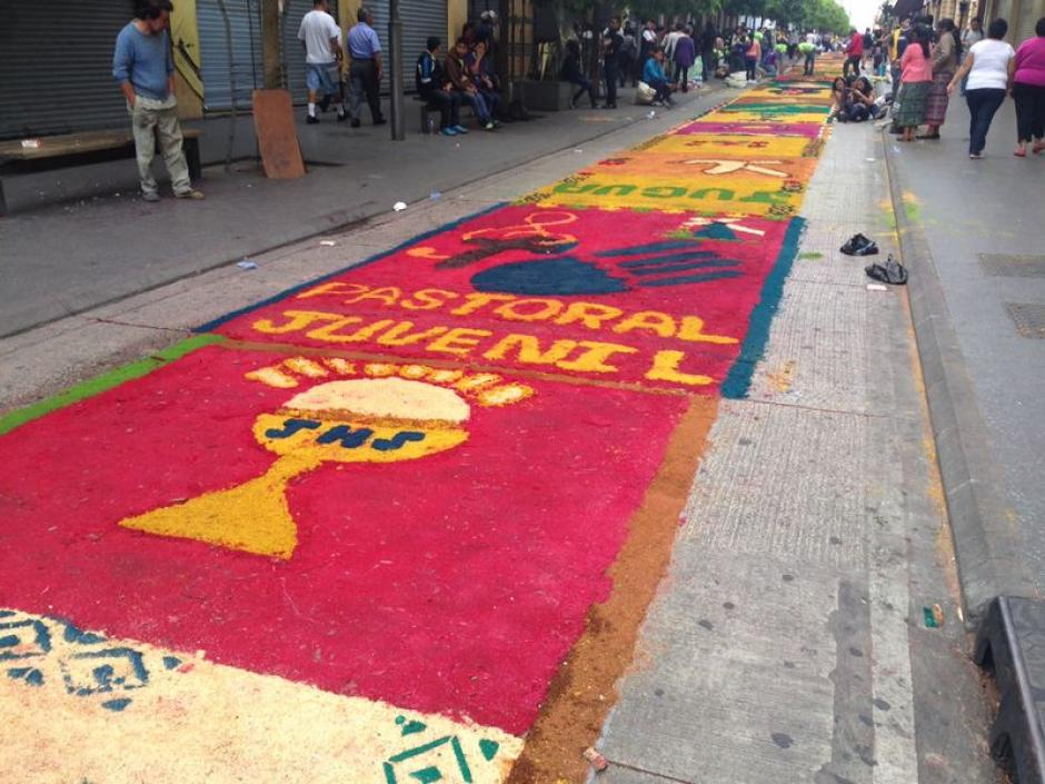 Elaboraci n de la alfombra m s larga del mundo soy502 for Mundo alfombra