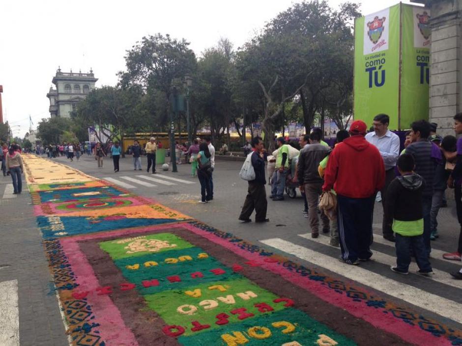 Frente al Palacio y la Catedral, allí también pasa la alfombra más larga del mundo. (Foto: José Dávila/Soy502)