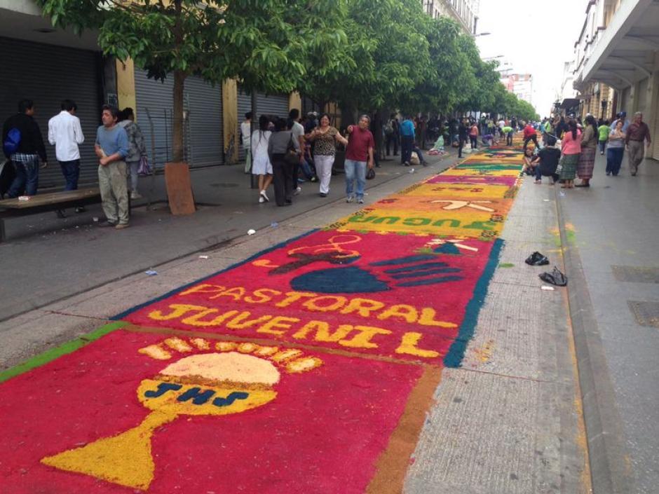 A lo largo de toda la Sexta Avenida, la alfombra ya ha tomado forma y color. (Foto: José Dávila/Soy502)