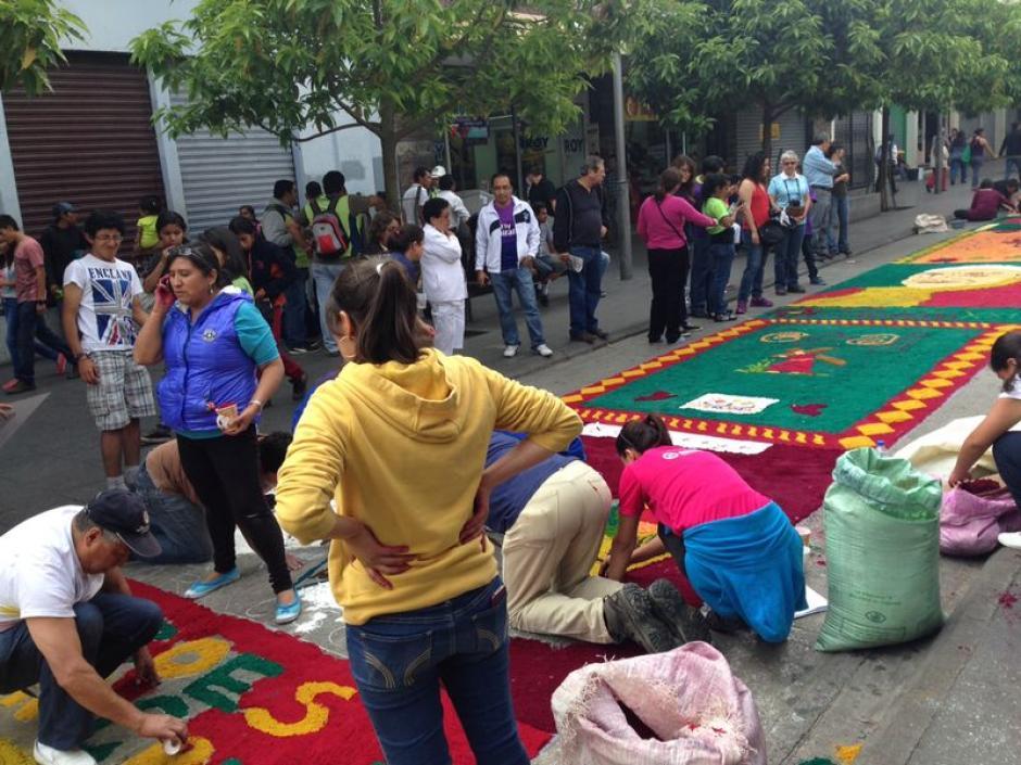 Jóvenes se han sumado para concluir la labor de elaborar la alfombra más larga del mundo. (Foto: José Dávila/Soy502)