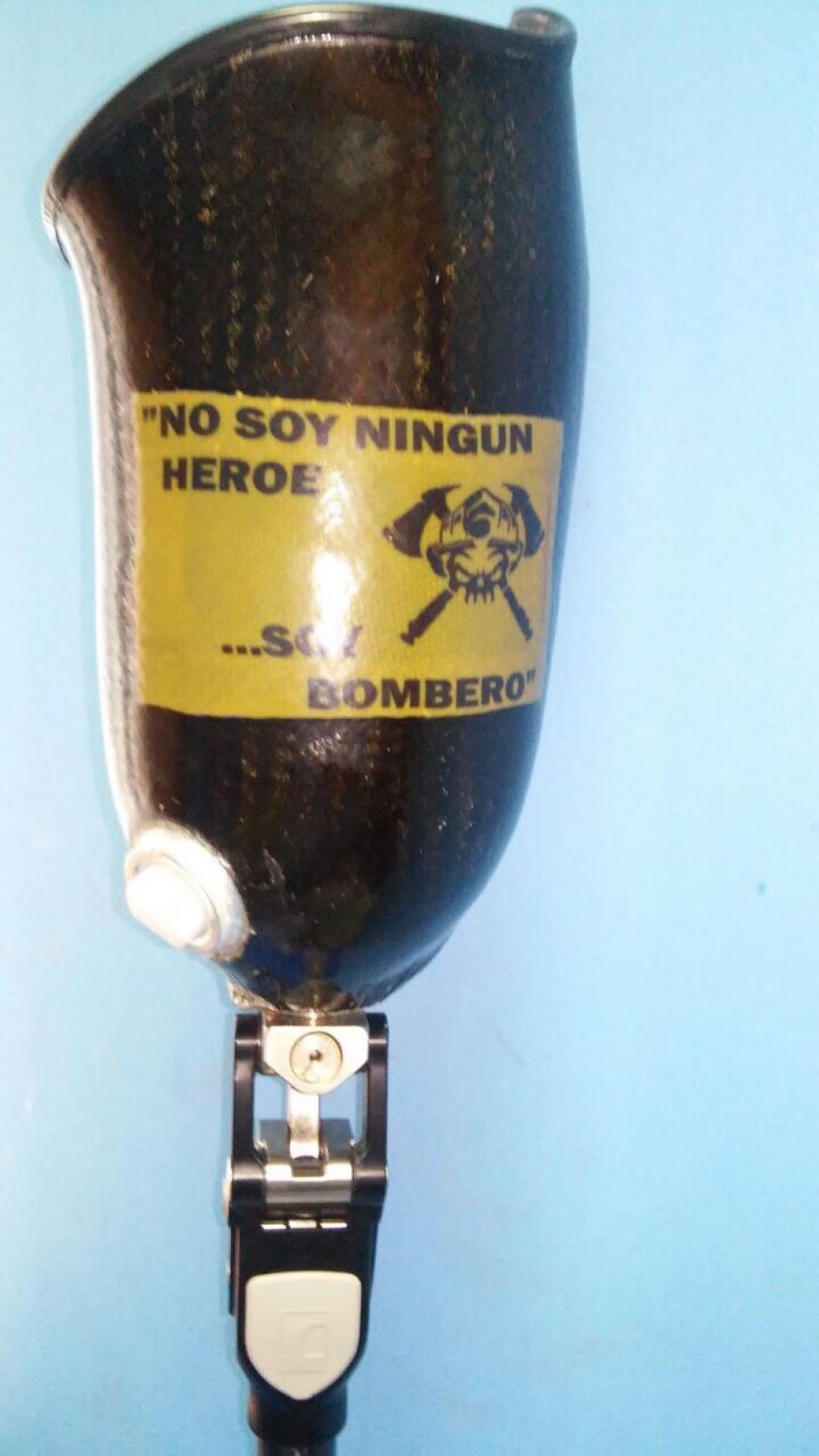 """La prótesis también tienen una particular leyenda a solicitud de Henry Hernández """"No soy ningún héroe, soy bombero"""". (Foto: Cortesía)"""