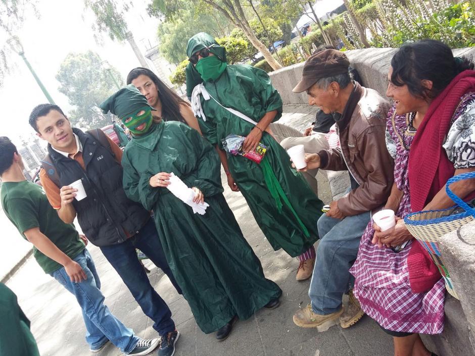 Los integrantes del Comité de Huelga de Agronomía salieron a repartir comida a las personas que laboran en el parque de Quetzaltenango. (Foto: Martín Calderón/Stereo 100 Xela)