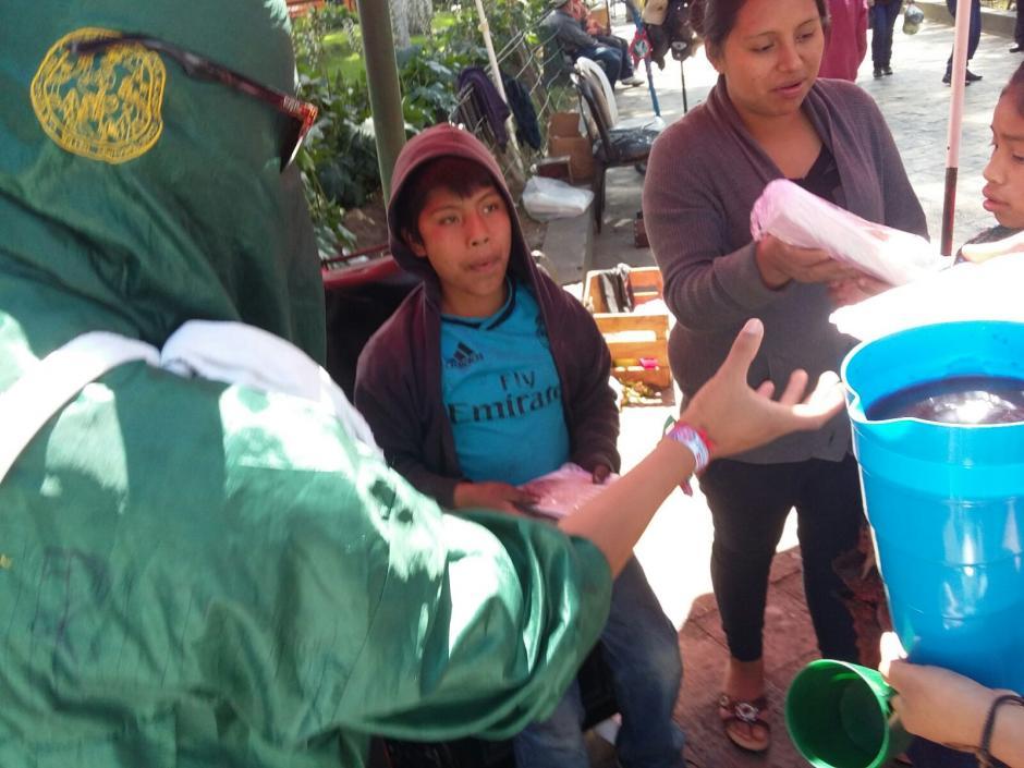 Los principales beneficiados con este acto fueron los niños que hacen diversas tareas en lugar de ir a la escuela. (Foto: Martín Calderón/Stereo 100 Xela)