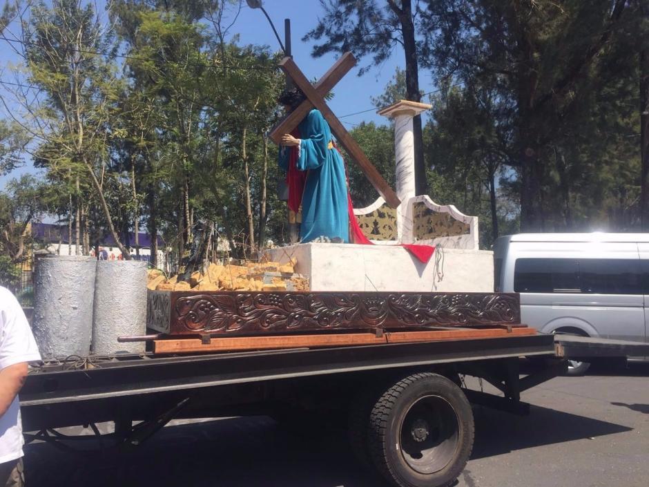 Según los organizadores, la imagen no estaba bien asegurada y corría el riesgo de caer. (Foto: @EmisorasUnidas)