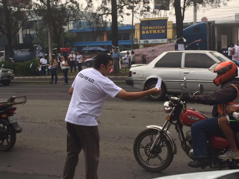 Carlos Aldana, padre de Alex, repartió personalmente unos volantes en medio de la calle. (Foto: Cortesía de Débora Ávila)