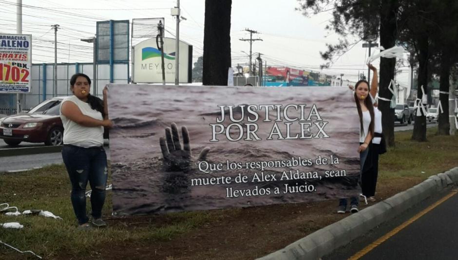 Con una pancarta piden que se haga justicia por el fallecimiento del menor. (Foto: Cortesía de Débora Ávila)