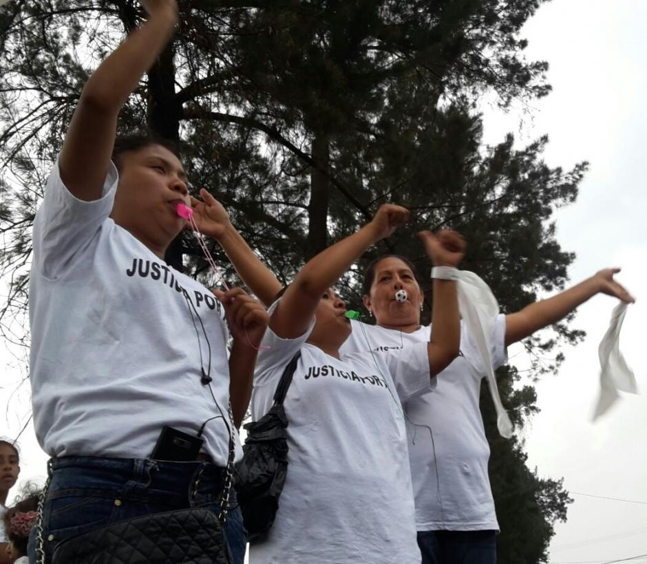 """Para la actividad elaboraron playeras blancas con la frase """"Justicia por Alex"""". (Foto: Cortesía de Débora Ávila)"""