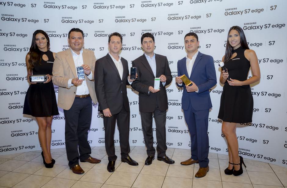 Representantes de Samsung Guatemala muestran lo último que ofrece la marca para sus consumidores. (Foto: Eddie Lara /Soy502)