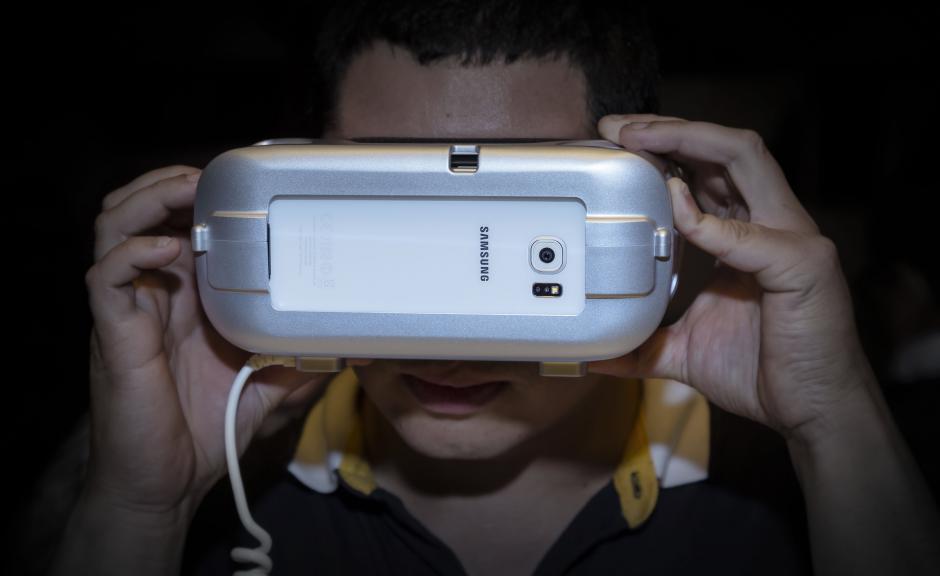 Los asistentes pudieron experimentar el nuevo Gear VR, una experiencia casi real. (Foto: Eddie Lara /Soy502)