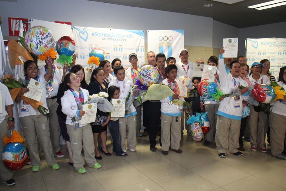 Los atletas posan felices luego de ser reconocidos al llegar al Aeropuerto Internacional La Aurora. (Foto: José Dávila/Soy502)