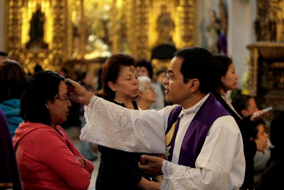 Decenas de católicos participan en la imposición de la ceniza. (Foto:Rodrigo Garrido)