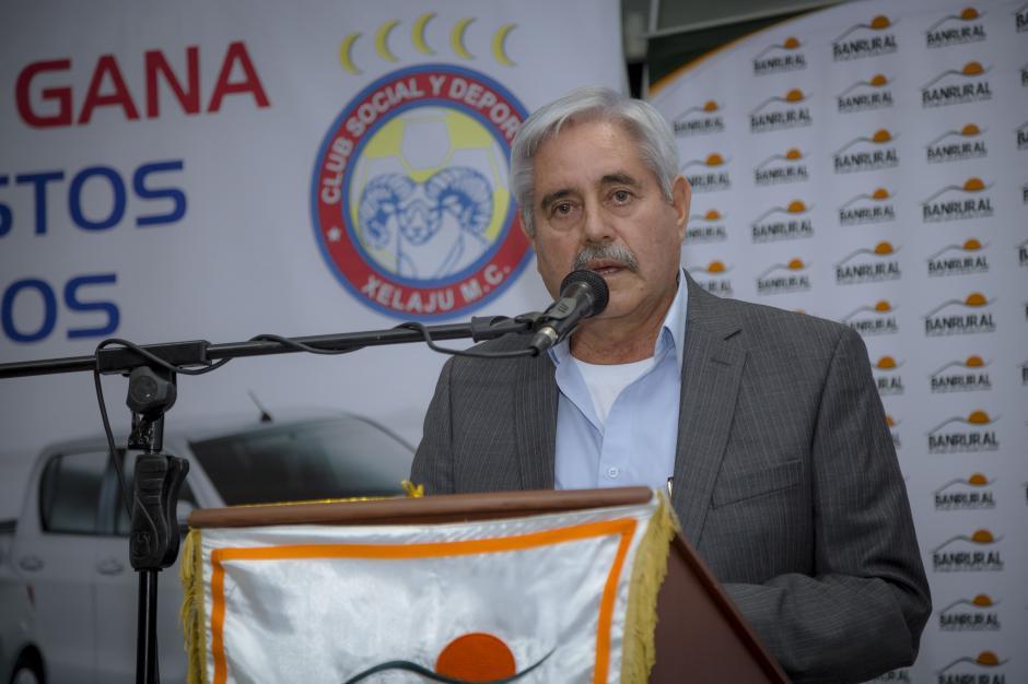 """Lic. Franciso Santos, presidente de la junta directiva de Xelajú M.C., explicando el motivo de la """"Gran Rifa Superchiva"""".(Foto: George Rojas / Soy502)"""