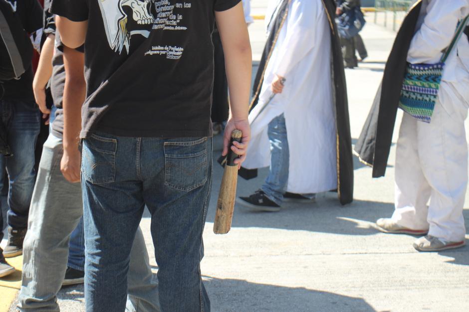 Algunos miembros de Orden de los estudiantes portaban palos para resguardar la seguridad de los manifestantes. (Foto: Alejandro Balan/Soy502)