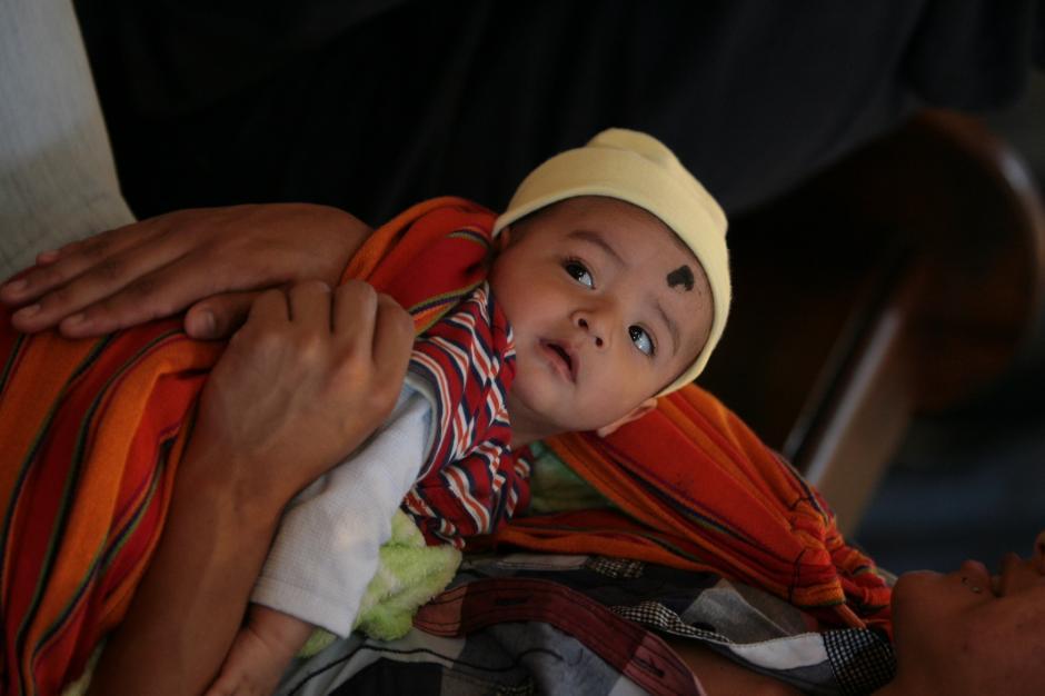 Los más pequeños fueron llevados por sus padres para recibir la cruz de ceniza. (Foto:Rodrigo Garrido)
