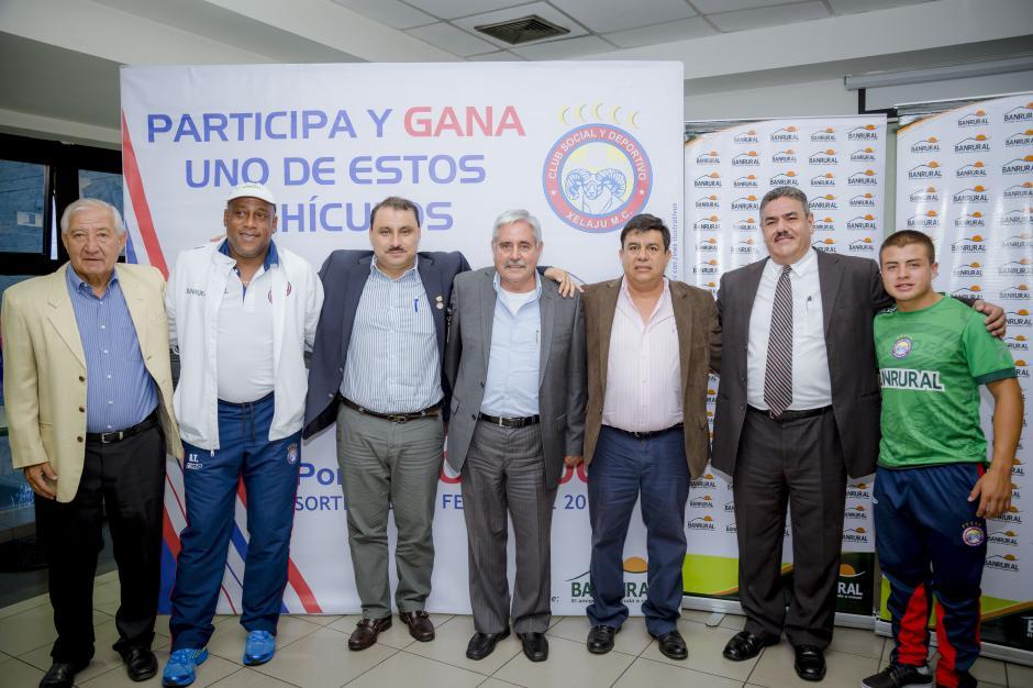 Directivos del Club Social y Deportivo Xelajú M.C. junto a directivos de Banrural y Jefferson Dubón, miembro de las fuerzas básicas del club. (Foto: George Rojas / Soy502)