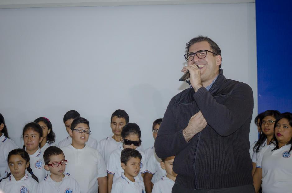 """Francisco Páez junto a los niños del Comité Pro Ciegos y Sordos cantó el tema """"Guatemala sabe bien"""". (Foto: Soy502)"""