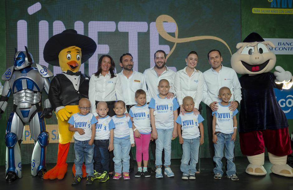 Representante de Fundación AYUVI, Pollo Campero, Pepsi, Tigo y Banco G&T Continental, junto a niños beneficiados. (Foto: George Rojas/Soy502)