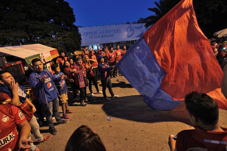 Aficionados de Municipal animando la noche antes de entrar al Mateo Flores. (Foto: José Dávila/Soy502)