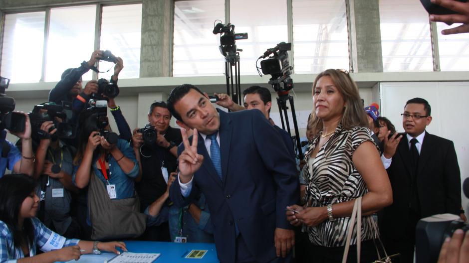 Acompañado de su esposa, el candidato presidencial de FCN acudió al centro de votación que le correspondía. (Foto: Fredy Hernández/Soy502)