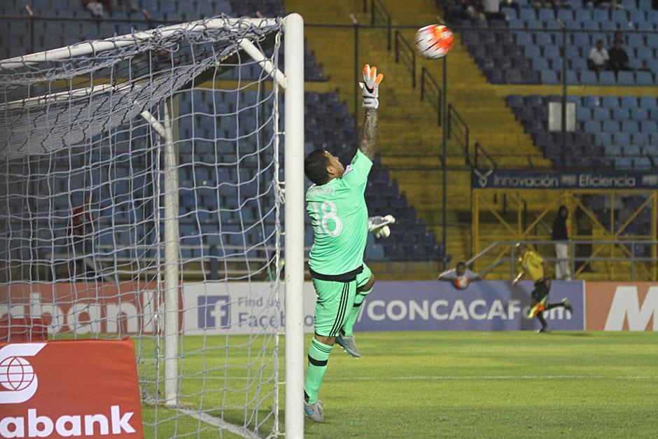 Un tiro al poste de Carlos Ruiz estuvo a punto de emparejar el marcador para el final del primer tiempo