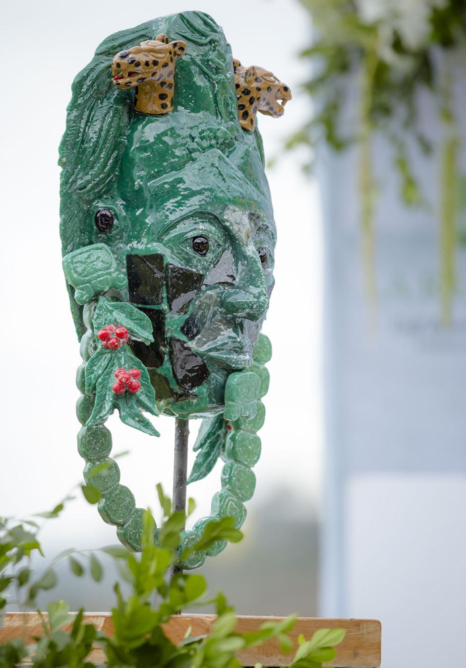 Edvin Quisquinay Alcor, artista guatemalteco, fue quien diseñó el trofeo inspirado en una máscara del período Clásico Tardío, encontrada en Tikal. (Foto: George Rojas/Soy502)