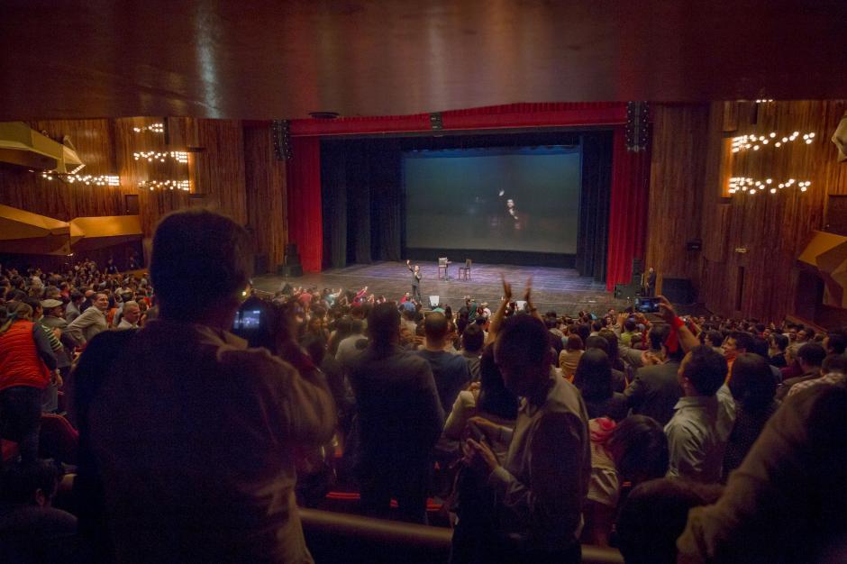 Los guatemaltecos dieron una ovación al comediante mexicano que luego se dirigió con gratitud hacia ellos.(Foto: George Rojas/Soy502)