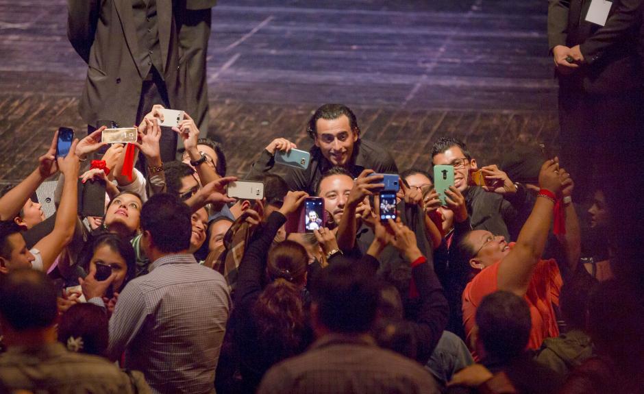Adal agradeció al público y se tomó un tiempo para tomarse fotos con ellos.(Foto: George Rojas/Soy502)