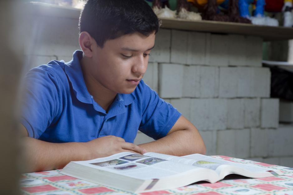 Walter Aragón, mente brillante de Sanarate, El Progreso, dedica gran parte de sus días al estudio de biología. (Foto: George Rojas/Soy502).