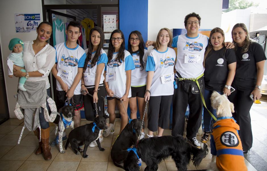 Representantes de Animal´s Hope junto a sus parejas perfectas.(Foto:George Rojas/Soy502)