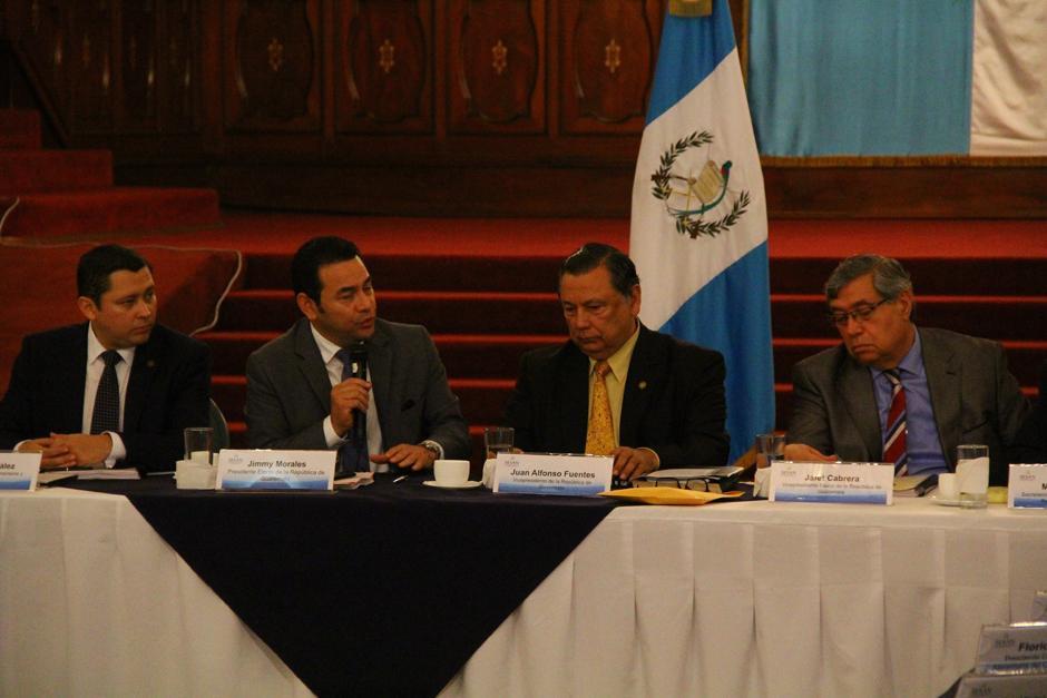 La participación de Morales fue breve. Agradeció, felicitó y recitó un poema. (Foto: Alexis Batres/Soy502)