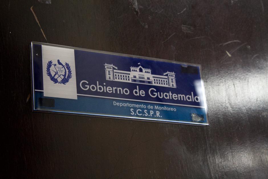 Al fondo del pasillo se encuentra el ingreso al que denominan Departamento de Monitoreo, de la Secretaría de Comunicación Social de la Presidencia. (Foto: Luis Barrios/Soy502)