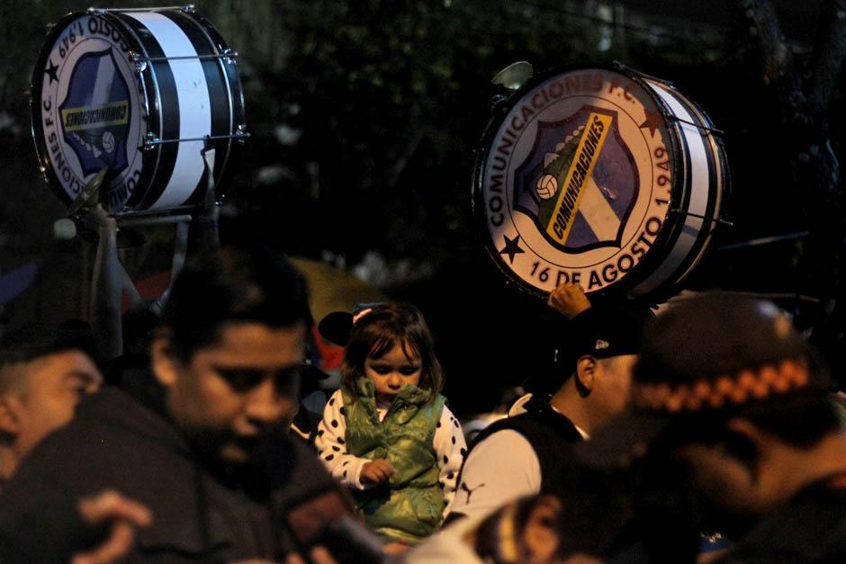 Con bombos y trompetas los seguidores albos hicieron su fiesta en el coloso de la zona 5.(Foto: José Dávila/Soy502)