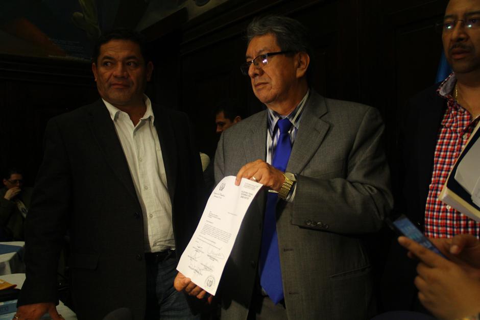 Mario Linares, presidente de la comisión pesquisidora, muestra carta que envió al mandatario Otto Pérez para citarlo a declarar. (Foto: Alexis Batres/Soy502)