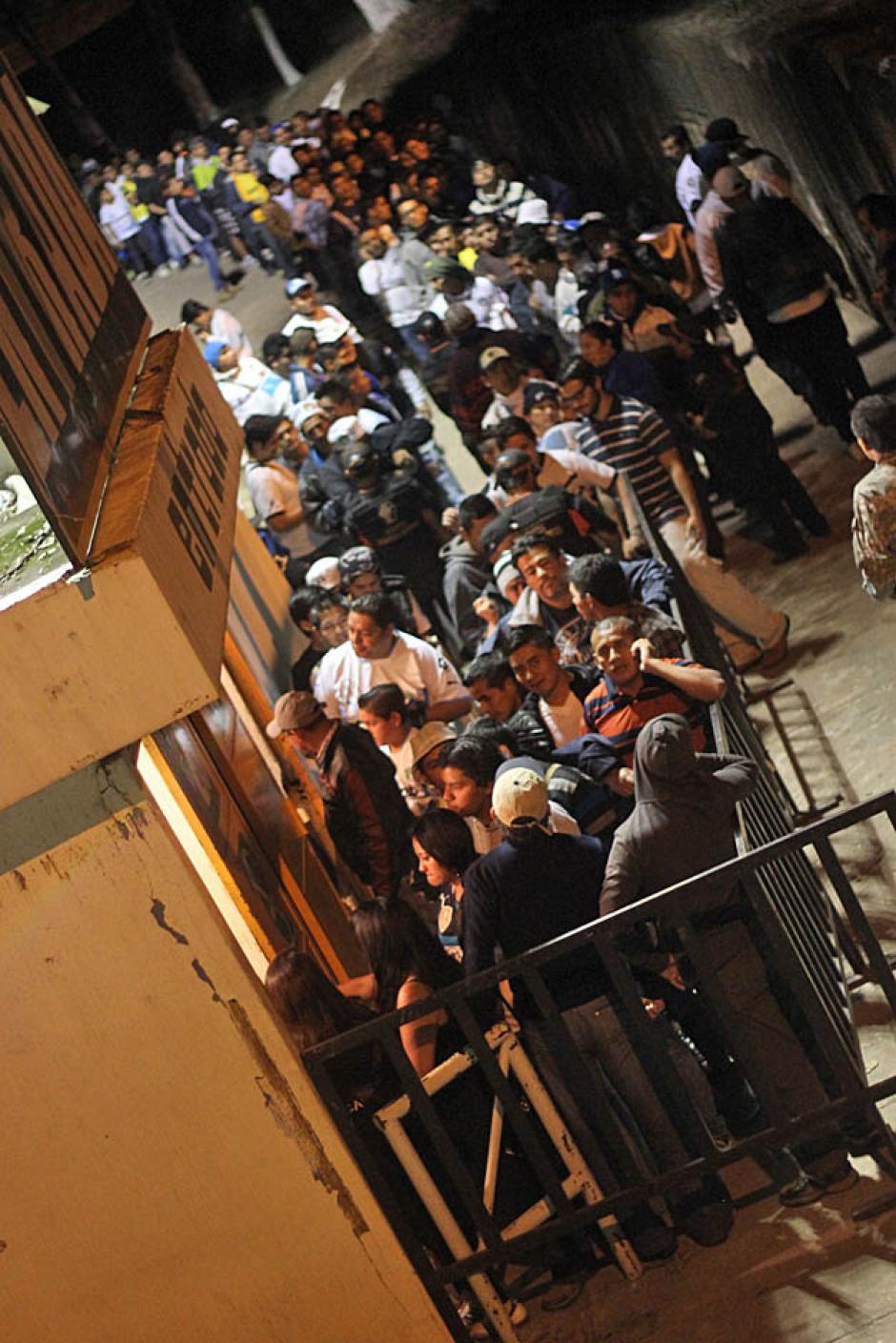 Largas colas hicieron los aficionados cremas para ingresar al Mateo Flores.(Foto: José Dávila/Soy502)