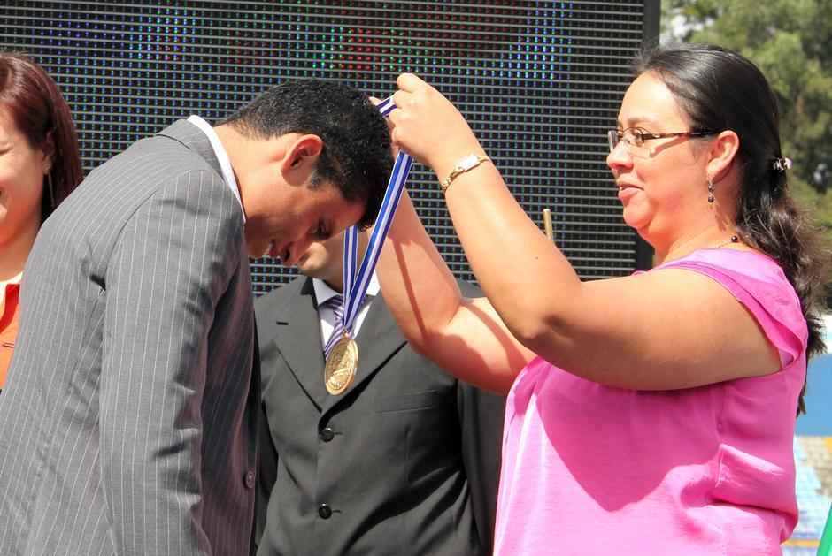 Barrondo al recibir la medalla de la Federación de Atletismo. La actividad se desarrolló dentro de la celebración del Día del Deportista. Foto Luis Barrios/Soy502
