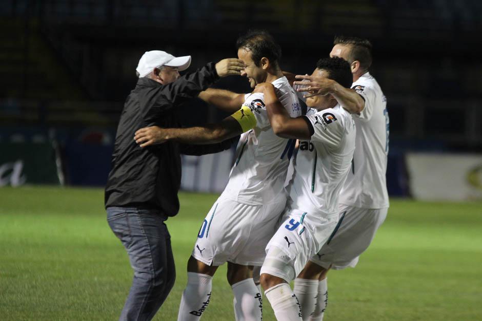 Celebración y abrazo. Contreras corrió a la banca tras el primer tanto y abrazó a su técnico Willy Olivera, al igual que sus compañeros.(Foto: José Dávila/Soy502)